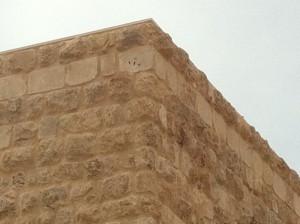 קיר חיצוני מחופה בריקים מפירוק