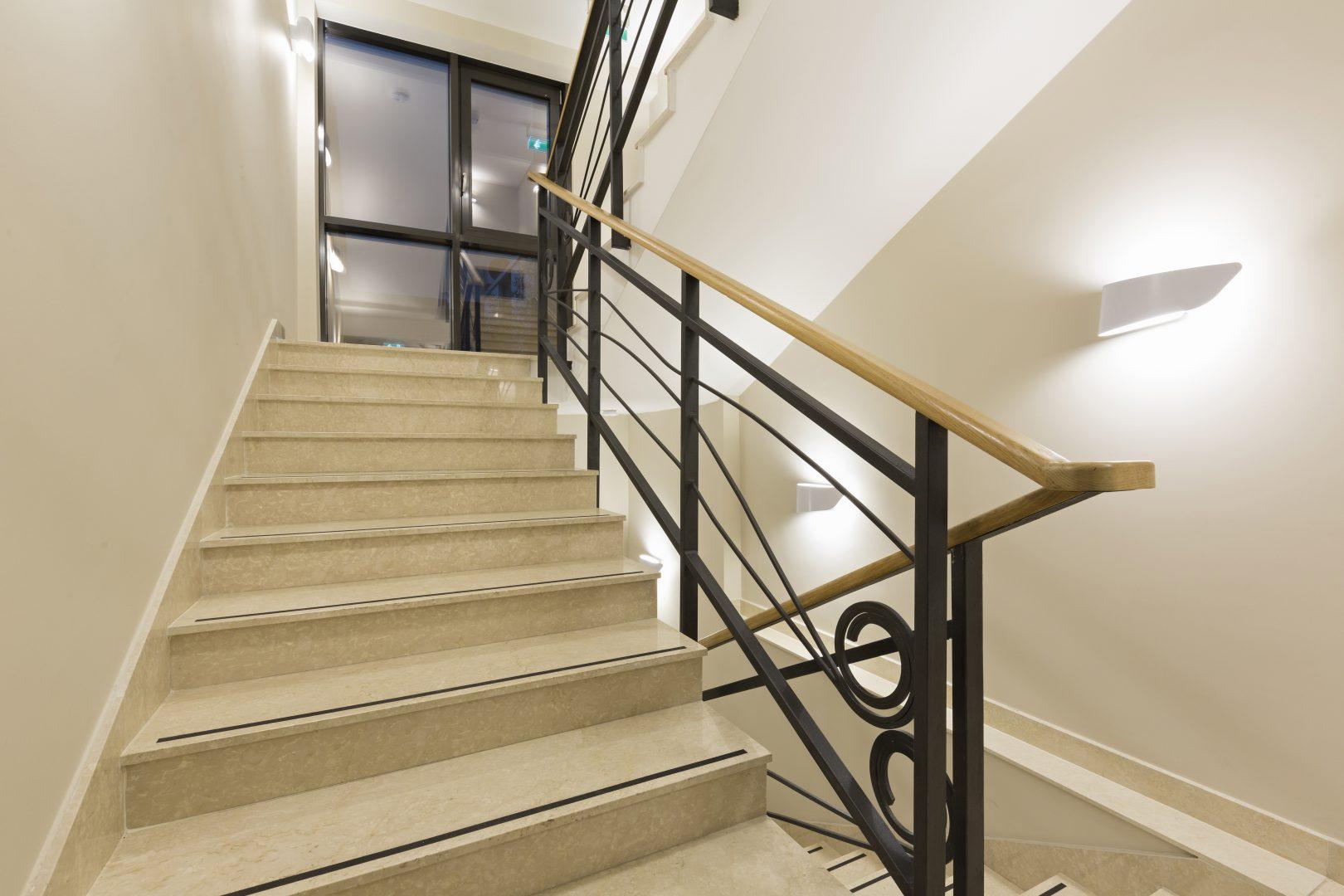 מדרגות שיש לפנים הבית